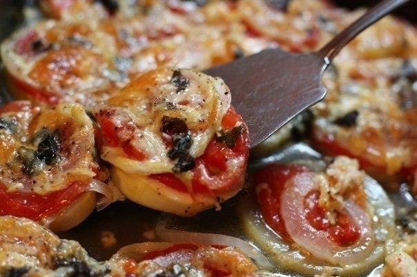 Кабачки запеченные с луком и помидорами