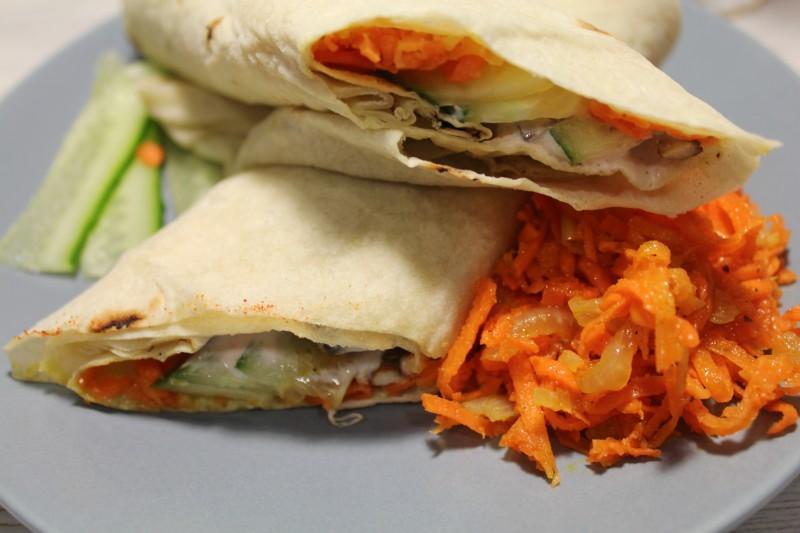 Шаурма с морковкой по-корейски и сочной курицей., шаурма