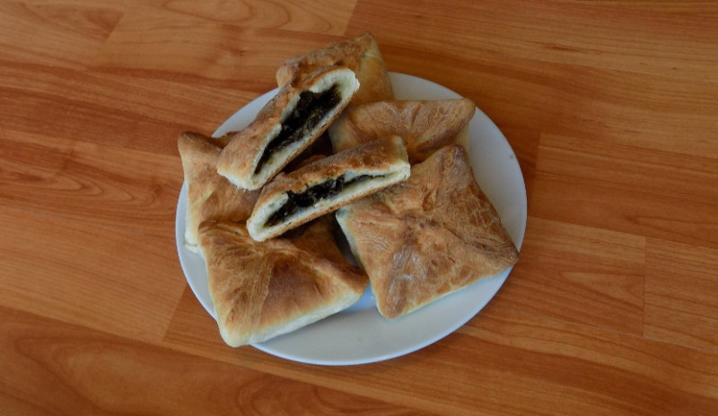 Пирожки сладкие с щавелем из дрожжевого слоеного теста. Простой видео рецепт