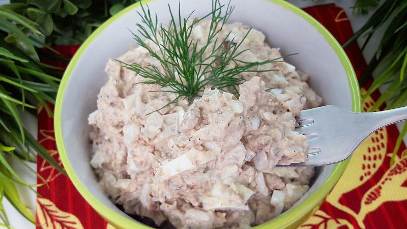 10 простых салатов с рыбными консервами - Лайфхакер